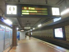 ホテルに大荷物を預かってもらい  ハンブルク中央駅に戻ってきました!  ちょうどSバーン(近郊電車)で  アルトナ方面の電車が到着するグッドタイミング!!