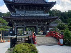 「山門」は総欅造りで、高さ17.4m、間口20m、奥行14.4mで昭和七年に完成し、楼上に観音菩薩、五百羅漢の古仏を祀ってあるそうです。