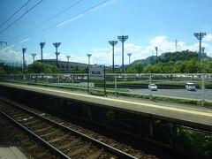 一応、快速のとっとりライナー。停車駅は列車によってバラバラ。 私が乗った列車は鳥取まで5つの駅しか通過しない、鈍行に近いタイプだったが、最初の駅、東山公園駅は通過。 米子市民球場のスタンドが見える。 プロ野球ファンとしては、気になる駅。