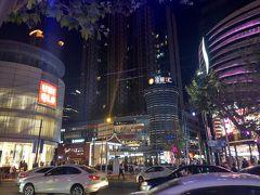 この呉江路美食街のビルはなかなか大きい!! 様々な有名な飲食店が入っていました。 そして、南翔饅頭店も並ぶことなく席に座れました。