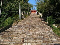 しばらく歩いてお目当ての伊佐爾波神社の入り口に 到着。もちろん階段を使って上がります。 この階段以外にも迂回車道がルートがあるようですが さっき食べた分ここで消費します。