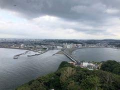 シーキャンドルからの眺め。 江ノ島を一望できるスポットで、多くの観光客がいました。