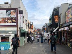 混雑を回避するために家を8時に出発し9時半ごろに鎌倉に到着。 初鎌倉なのでとりあえず小町通りに向かうことにしました。 大半のお店が10時開店のため、さすがに観光客もあまりいませんでした。