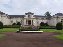 神社を出て公園内にすご~く立派な建物が出現。神宮徴古館だそうで、ホームページによると、神宮徴古館は明治42年に日本で最初の私立博物館として創設された伊勢神宮の「歴史と文化の総合博物館」だそう。今までは外宮と内宮だけだったので、次回は美術館やこの神宮徴古館をゆっくり見てみたいですね