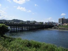 宇治川に架かる宇治橋です。