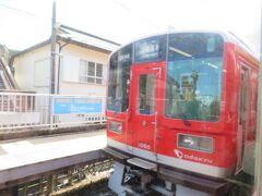 入生田駅で下り電車と行き違い。