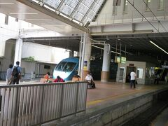 小田原駅。 さっき箱根湯本で見送った小田急ロマンスカーが新宿へ向けて出発していきました。