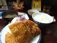 青森市内のホテルにチェックイン後、老舗の豚カツ店でロースカツ定食を夕食に頂きます。
