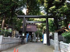 駅から5分の氷川神社。