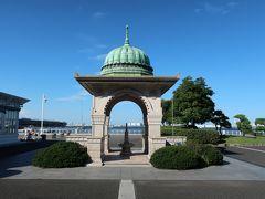 「山下公園」に到着♪。  「インド水塔」。  大桟橋寄りにあります。関東大震災の際、インド商人や外国商人を救済したお礼にインド商組合から寄贈されたそうねー。 異国情緒あふれる横浜に似合う建物です♪。