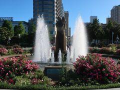 「氷川丸」の近くに「水の守護神像」がありました。  噴水の真ん中に建つ「水の守護神像」。 サンディエゴ市から寄贈されたようです。 友好の証ですね♪。 花壇に囲まれた噴水に建つ像は、優しい雰囲気を出していますねー。