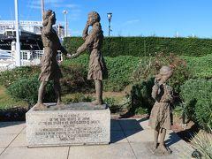 「日米友好ガールスカウトの像」。  少女たちが握手しています。 握手が友好を表現していますね!。 1962年3月に建てられたようです。  山下公園内にはいくつものモニュメントがありました。探しながら散歩するのも楽しいですよ♪。