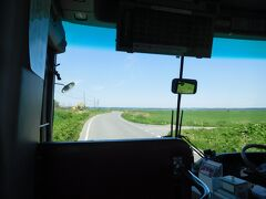 稚咲内海岸から路線バスで豊富方面に戻ります。一面の原野を進みます。