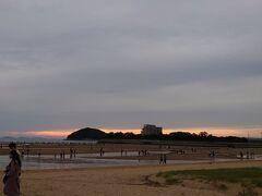 今回香川に行こうと思った時に、いろいろ調べて見つけた父母ヶ浜。 日本のウユニ塩湖とまで言われてるそうですが、知りませんでした。  せっかくだから行こうと思ったけど、自力で行くにはちと大変。 最寄りの駅の詫間駅からコミュニティバスが出てるけど、本数が少なく、行くと帰って来るのが大変。 宿の晩御飯に間に合わないし(ココ重要)、どうしようといろいろ調べてると、シャトルバスがあるじゃないですか(@_@)  しかも宿の前から(≧▽≦) GO TOトラベルキャンペーンで安いしー\( 'ω')/ ソッコー申し込みました。 申し込みはこちらから   ↓ https://www.kotobus.com/jpn/chichibugahama/  16:50分に迎えに来てもらって、着いたのは17:35。 雲が多くなってきました。