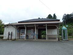 誰もいない高滝駅 小さな駅舎で、それはそれで旅情を 誘われます