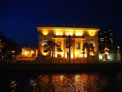 堀川沿いにあるライトアップされたこの建物は、カラコロ工房といい、旧日本銀行松江支店の建物を利用した工芸館との事。 「カラコロ」の語源は、小泉八雲の作中にあった下駄の音から名付けられたそうな。この時間もう閉まっていたので、川越しに写真撮るのみで退散。