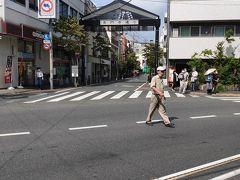 駅を出て交差点を挟んで、本門寺通りという商店街が見えますので、そこを進んでいきます。門前町としても栄えているようです。