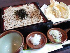もう少しすれば旅館の夕飯が待っていると思いながら、美味しそうなお蕎麦屋さんで天ぷらそばを