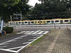 入間市と武蔵藤沢の間にある西武池袋線の駅、 稲荷山公園駅です。 入間市駅から7-800mしかないし、自衛隊基地と稲荷山公園に囲まれていて 乗り降りする人はほとんどいない。土日と祭日に停まるようにしてはどうでしょうか?
