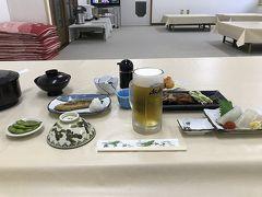 その後フェリー乗り場のすぐ近くの浜旅館に宿泊。 浜旅館の夕食。 奥尻島のお宿に何軒も電話したのにここの浜旅館の1泊しか取れなかった。東京者だから満室ということで宿泊拒否なのかも。