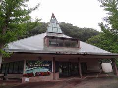 上三依塩原温泉口の駅舎は、昭和61年の野岩鉄道開業時に建設された三角屋根のお洒落な建物は、関東の駅百選に認定されています。  無人駅ではなく、8:30~17:30に窓口が開いています。 売店等はありません。