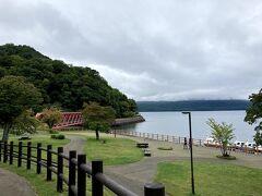 ビジターセンターを出て、支笏湖へ。 徒歩ですぐです。  (12:03)