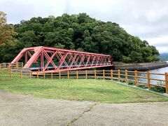湖岸から見た山線鉄橋。