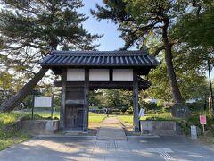 着いたのは亀城公園。 かつての土浦城の本丸と二の丸を整備した公園だそうです。  亀城とは、堀に囲まれた城の姿が水に浮かぶ亀に見えたことから付けられたとのこと。  今はお城はありません。