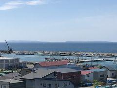 道の駅風Wとままえ。 足湯に使って沖を見ると天売島と焼尻島が見える。