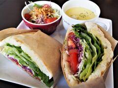 ランチは、いつものフラノカフェで。 生ハムと野菜のパニーニ。 ほんとに、何を選んでも間違いなく美味しい!  次は紅葉の時期に行けるかな?