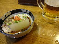 ホテルで一息ついてから夕飯を食べに「夜の街」へ。 まずは那覇の行きつけのお店になっている沖縄料理屋へ。お通しは大根と魚の煮付けでした。