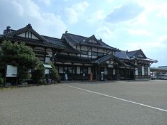 じゃ~ん! こちらが「旧大社駅」、国重要文化財です。 瓦屋根の立派な駅舎です。