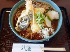 近くの蕎麦屋でランチ。天ぷら三昧そば。キリッと冷えた蕎麦に、熱々の天ぷらが載ってます。餅の天ぷらが新鮮。
