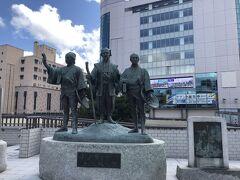 水戸駅前の、黄門様の銅像。 昔、けっこう水戸黄門好きでよくテレビ見てました。いいお天気!