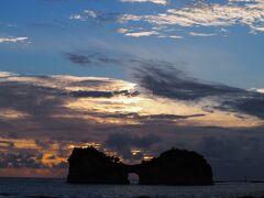 ●2020/9/12(土)  宿へチェックインして一休みしてから夕陽ポイントの円月島へ向かいます。 日の入りまで30分程度ですが、水平線には雲があるので、島の間から夕陽は見れない感じですが、粘ってみることに。