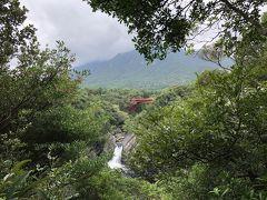 それからトローキの滝に行きました。写真のマークが出ているスポットからはほとんど滝は見えませんでしたが、遊歩道をさらに奥にいったところからかろうじて全体が見えました。