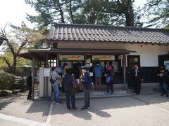 後付けですが、一ノ門をくぐった所にある入場券売場。 城単体だと680円ですが、他観光スポットと合わせた3館共通入場券(1,100円)だと松江城に関しては540円に割引されます。まぁ他の2つ行かないと意味がないんですが。