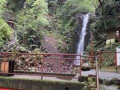 こちらが不動滝。小さい。。ただし勢いはあります。