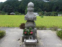 蘇我入鹿の首塚。飛鳥寺のすぐそば。入鹿の首がここまで飛んできたらしい。東京でいう平将門の首塚みたいな話です。
