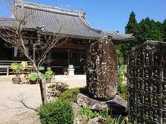 私的には、蓮よりもこのちっこいお地蔵さんが彫ってあるっぽい石碑とかの方が気になる。