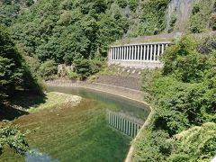 地味な橋を渡って、県道81号線へ。ここから奈良県境までが香落渓「コオチダニ」と呼ばれるエリアになる。