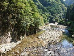 黄色い橋を渡ったあたり。左側が「屏風岩」と呼ばれているエリアになる。