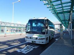 函館空港からバスで大沼公園へ(1240円)。乗客は3人だけでした。