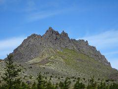 かなり険しそうな岩峰で、鎖や梯子が設置されていないと素人が登るのは難しそうに見えました。