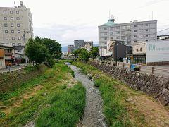 中町商店街からまた北側に戻り、女鳥羽川を渡ります。