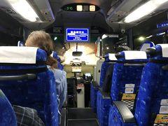 さあ、お出かけです。三宮バスタ-ミナル9:15発のJRバスで鳴門へ向かいます。バスは事前にネット予約しておきました。(早割りで2,270円/人)隣の席の間には顔のあたりに簡易板が取り付けてありました。