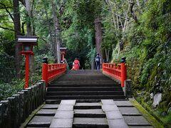 この先つづら折りの道を登って行きます。参道というより登山道です。