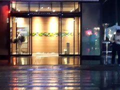 PM6時30分。今回の滞在ホテルである「天然温泉六花の湯ドーミーイン熊本」に到着。