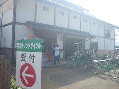 飛鳥駅前でレンタサイクルを借りました。  お勧めは電動機付自転車。1日で1500円。 飛鳥は何気に坂が多かったです。