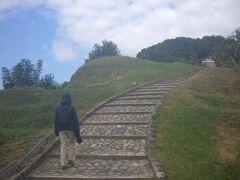 最初に行くのは、丘を登って